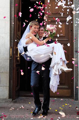 Очевидное решение для жениха - взять невесту на руки