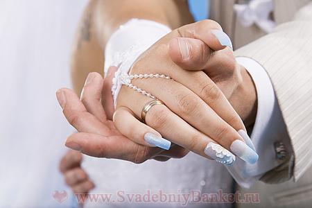 Маникюр свадебный голубой