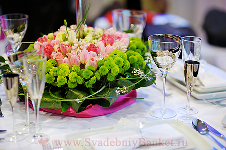 Цветочные композиции на столах - оформление на свадьбу