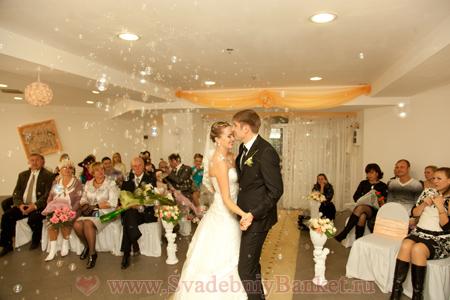 Подводка к первому танцу молодых на свадьбе