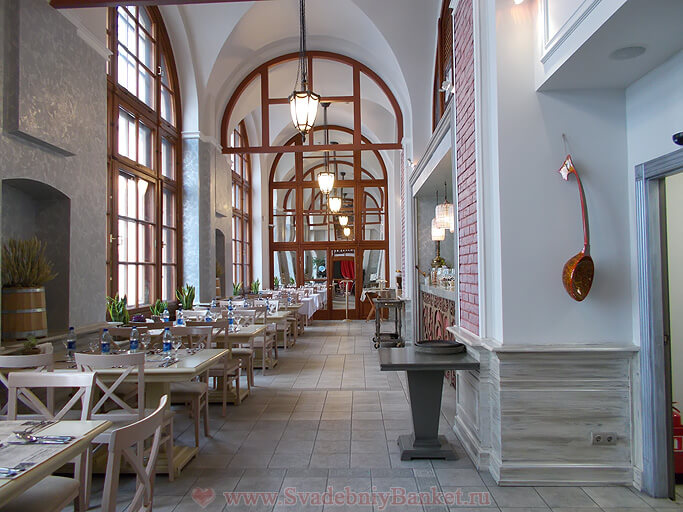Светлый зал ресторана Саратовъ