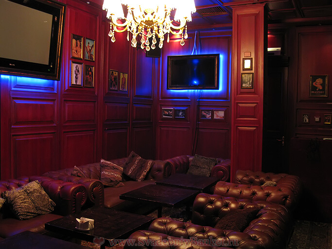 Красная VIP-комната ресторана-караоке Импровизация