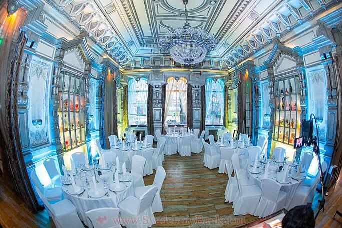 Светлый зал ресторана Паризьен