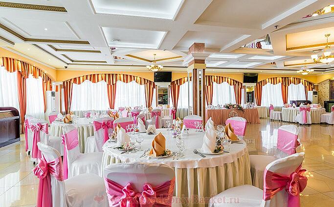 Основной зал ресторана Салют отеля Салют